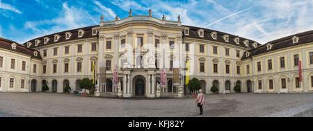LUDWIGSBURG, ALLEMAGNE - 25 octobre 2017: quelques touristes Onla peupler la cour intérieure du château et profitez Banque D'Images