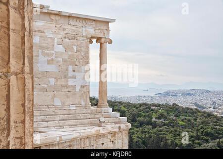 Vue depuis l'acropole d'Athènes sur le golfe Saronique et le port du Pirée. Le Pirée est une ville portuaire de Banque D'Images