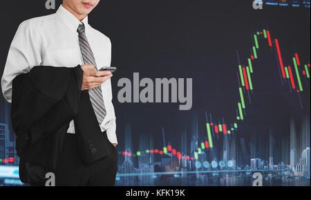 Businessman using mobile smart phone avec l'augmentation de graphique. développement et de croissance dans le marché Banque D'Images