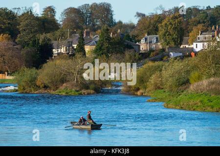 La pêche du saumon sur la rivière Tweed à Kelso, Scottish Borders, Scotland, united kingdom Banque D'Images