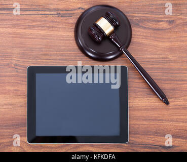 Libre de juge maillet sur bloc en digital tablet in courtroom Banque D'Images