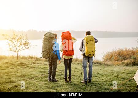 Les randonneurs avec des sacs à l'extérieur Banque D'Images