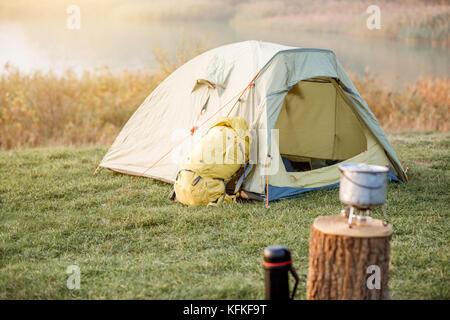 Camping sur la pelouse verte Banque D'Images