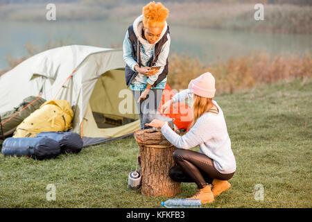 Les femmes à la cuisson des aliments au camping