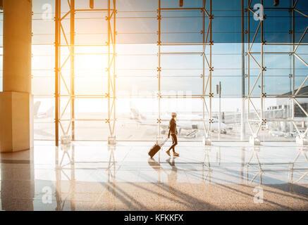 Femme à l'aéroport. Banque D'Images