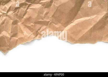 Papier froissé bord déchiré sur fond blanc.