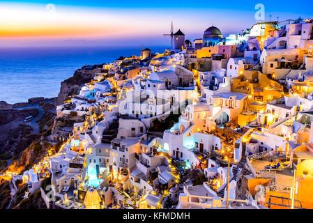 Oia, SANTORIN - Grèce. L'attraction de l'idyllique village blanc avec des rues pavées et des moulins à vent, les Banque D'Images