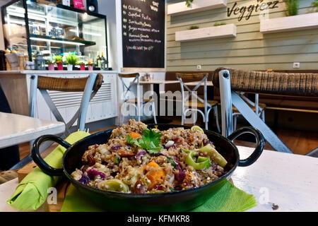Bol à Salade de quinoa, végétalien, alimentation saine,céréales protéines végétaliennes. Close up. Banque D'Images