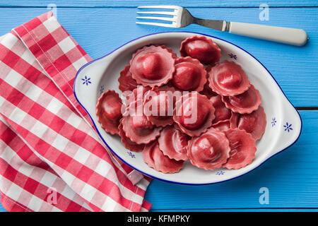 Ravioles de betterave savoureuse dans un bol. Banque D'Images
