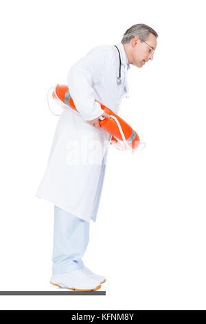 Male doctor holding Sonnerie de secours sur fond blanc Banque D'Images