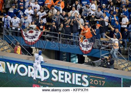 Los Angeles, CA, USA. 31 octobre, 2017. Les Dodgers de Los Angeles' Yasiel Puig ne peut pas atteindre cette troisième Banque D'Images
