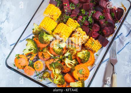 Les légumes cuits dans un plat en verre. vegan aliments sains concept. Banque D'Images