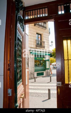 Vue depuis une porte ouverte. La place Santa Ana, Madrid, Espagne.