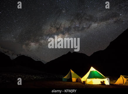 Ciel étoilé et la Voie Lactée sur le camp de base de l'Ishinca, Pérou Banque D'Images
