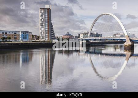 Le clyde arc reflète dans la rivière Clyde, Glasgow, Ecosse.