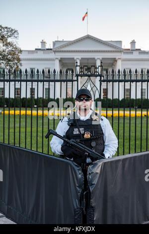 L'agent des services secrets américains armés d'une mitraillette Heckler & Koch MP5 debout derrière une barricade Banque D'Images