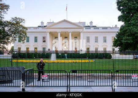 Agent des services secrets américains armés debout derrière une barricade en face de la Maison Blanche à Washington, Banque D'Images