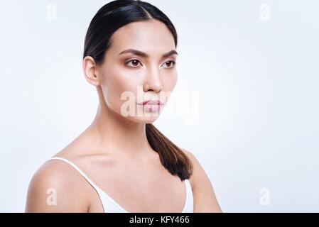 Dark-haired woman posing teint basané avec demi-tourné Banque D'Images