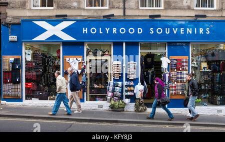 L'extérieur du magasin de souvenirs touristiques typiques sur le Royal Mile d'Édimbourg, Écosse, Royaume-Uni. Banque D'Images