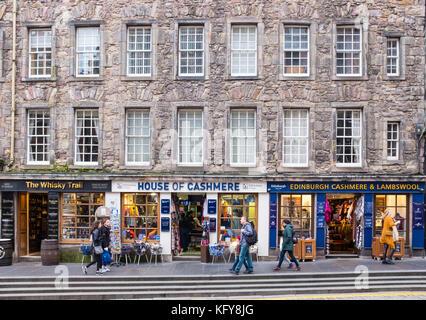 L'extérieur des boutiques de souvenirs touristiques typiques sur le Royal Mile d'Édimbourg, Écosse, Royaume-Uni. Banque D'Images