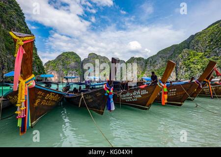 La Thaïlande. La mer d'Andaman. Koh Phi Phi Island. Maya Bay. Long Tail boats Banque D'Images