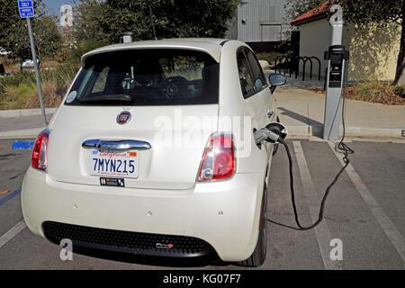 Petite batterie de recharge de voiture électrique Fiat à faible consommation de carburant à la station de charge Banque D'Images