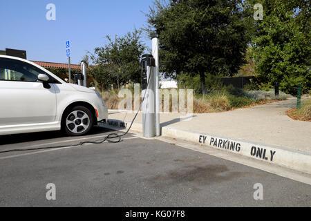 L'efficacité de carburant Fiat petite voiture électrique à batterie recharge recharge de stationnement dans l'Est Banque D'Images