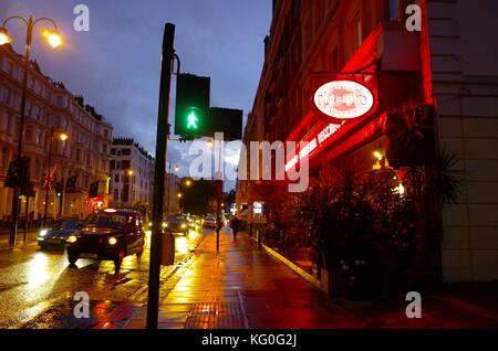 La nuit humide scène de rue à Kensington, Londres, Angleterre Banque D'Images