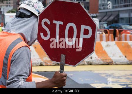 Un travailleur exerçant son panneau d'arrêt