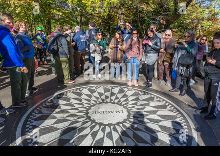 Les touristes entourant l'imaginer à la mosaïque de Strawberry Fields memorial à John Lennon, Central Park, New Banque D'Images