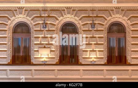 Trois fenêtres dans une rangée sur façade illuminée la nuit du bâtiment de bureau urbain Vue avant, st. Petersburg, Banque D'Images