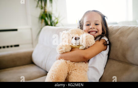 Cute little girl Playing with teddy bear Banque D'Images