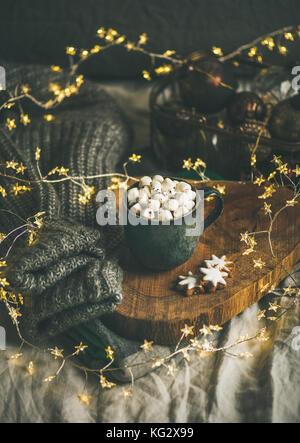 Hiver Noël en chocolat chaud avec des guimauves mug et cookies Banque D'Images
