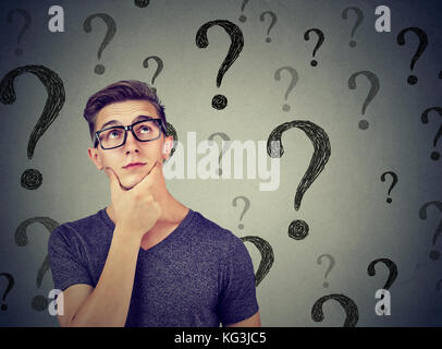 Bel homme confus réfléchie a trop de questions et pas de réponse Banque D'Images