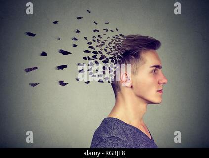 La perte de mémoire en raison de la démence ou des lésions cérébrales. portrait d'un homme en train de perdre des Banque D'Images