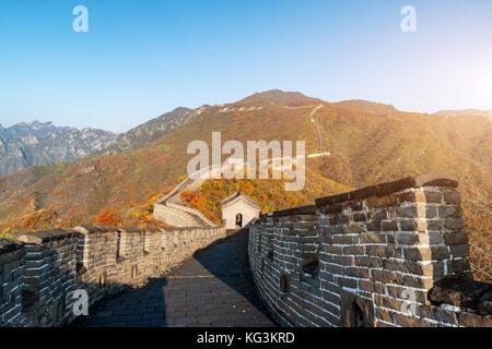 La grande muraille de chine vue lointaine tours comprimé et segments de mur saison d'automne dans les montagnes près de Beijing chine ancienne militaire l'enrichissement Banque D'Images