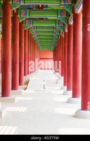 Gyeongbokgung. architecture coréenne traditionnelle, à Séoul, Corée du Sud, colonnade dans un palais royal. Banque D'Images