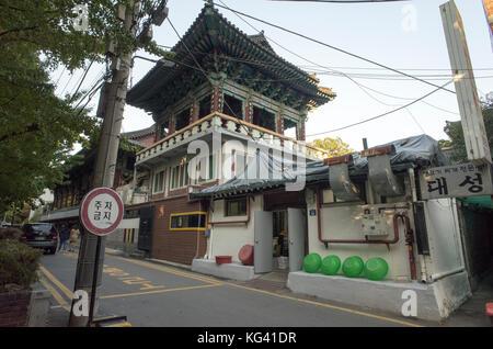 Rue derrière l'Joygesa temple bouddhiste près d'Insa-Dong, dans le centre de Séoul, en Corée du Sud Banque D'Images