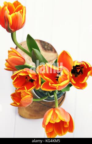 Résumé d'une orange et jaune bouquet de tulipes dans un pot Mason tourné à partir de ci-dessus. Banque D'Images
