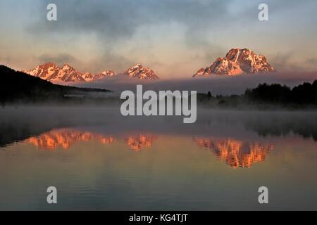 Wy02546-00...wyoming - lever du soleil sur le mont moran et le teton range sur un matin brumeux de l'Oxbow Bend sur la participation électorale dans la rivière Snake, le grand teton n