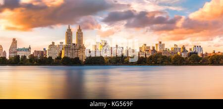 Upper West Side de New York skyline at sunset, vue de Central Park, de l'autre côté de Jacqueline Kennedy Onassis Banque D'Images