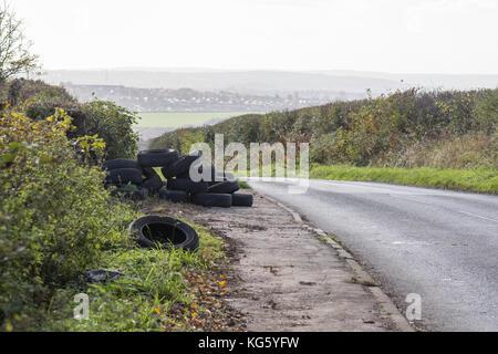 Faites voler des pneus par le côté d'une route rurale juste à l'extérieur du village de Barnburgh, Doncaster, South Yorkshire, Angleterre, Royaume-Uni