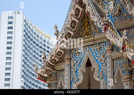 Ancien-nouveau juxtaposition de styles architecturaux entre Wat Suan Phlu temple et shangri-la en toile de fond, Banque D'Images
