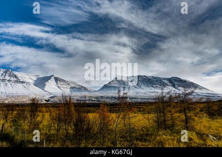 L'hiver dans les montagnes. Paysage de Noël sur un matin ensoleillé. Banque D'Images