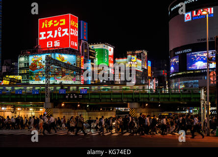 La vie nocturne à Tokyo. personnes traversent un carrefour très fréquenté au-dessous asakusa lights Banque D'Images