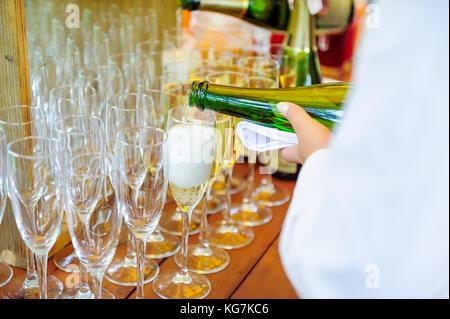 Waiter pouring champagne dans les verres de service personnel. service traiteur lors d'événements, réunion d'entreprise, Banque D'Images