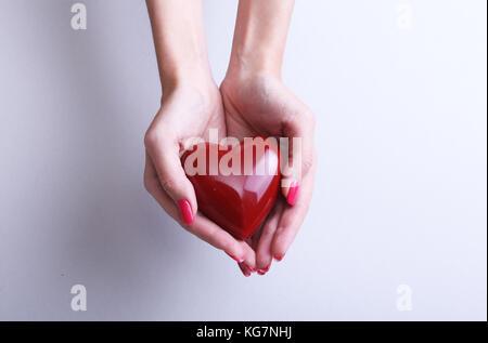 Femme médecin tenir en mains coeur rouge . Thérapeute Cardio, l'éducation des élèves, concept d'arythmie Banque D'Images