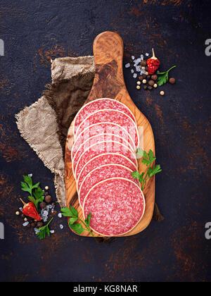 Saucisse salami italien sur planche de bois. Banque D'Images