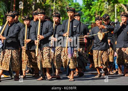 Denpasar, Bali, Indonésie - 10 juin 2017: groupe de personnes en costumes traditionnels balinais. hommes musicien jouant de la musique sur flûte de bambou Banque D'Images