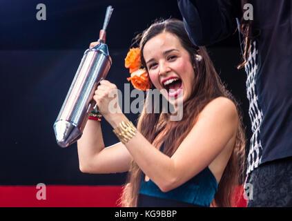 Catalina garcia chante avec le groupe colombien périne monsieur ...